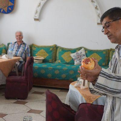 Ibrahim erklärt uns, wie man am besten Granatäpfel isst